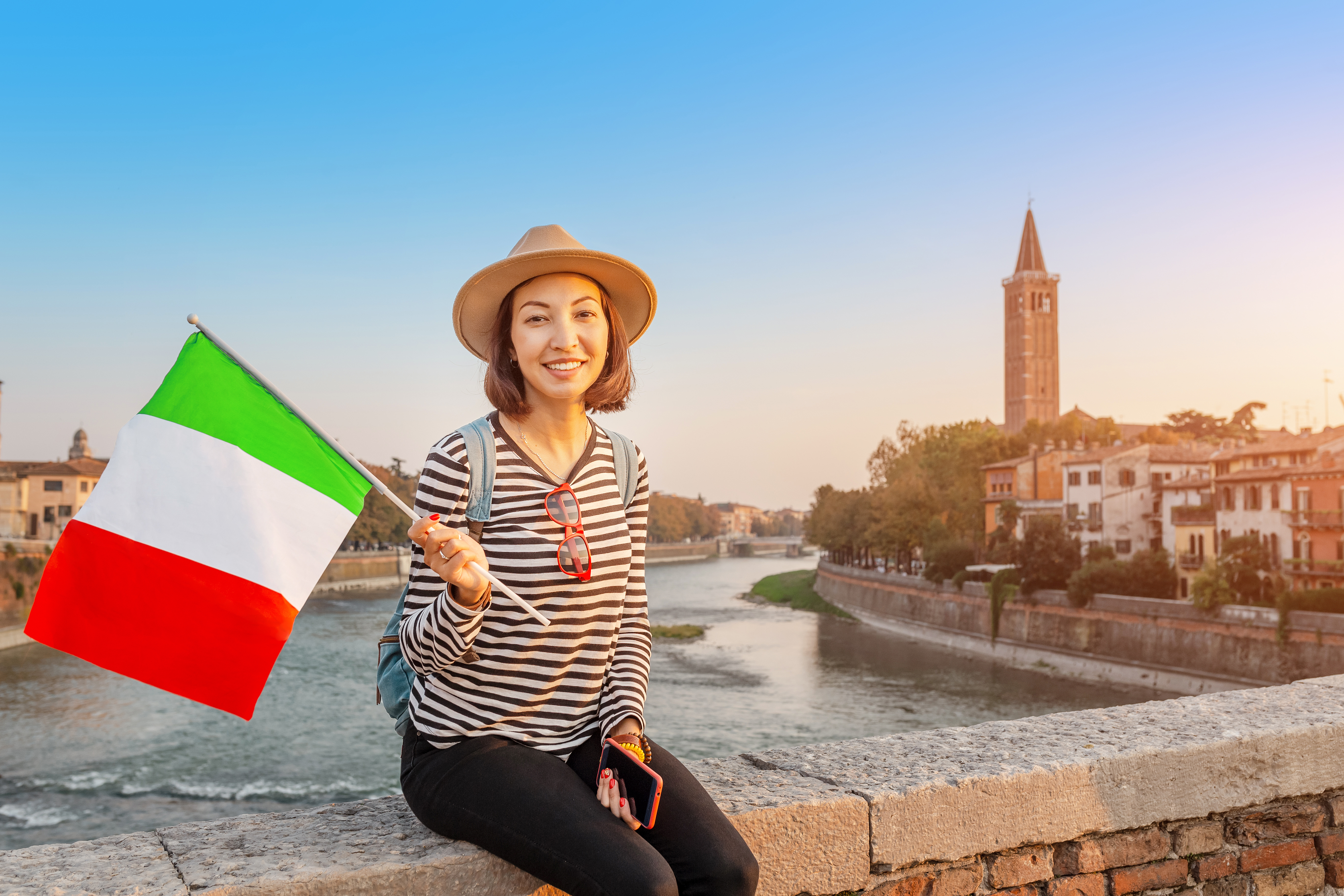 Девушка с флагом Италии, куда есть возможность переехать для беженцев
