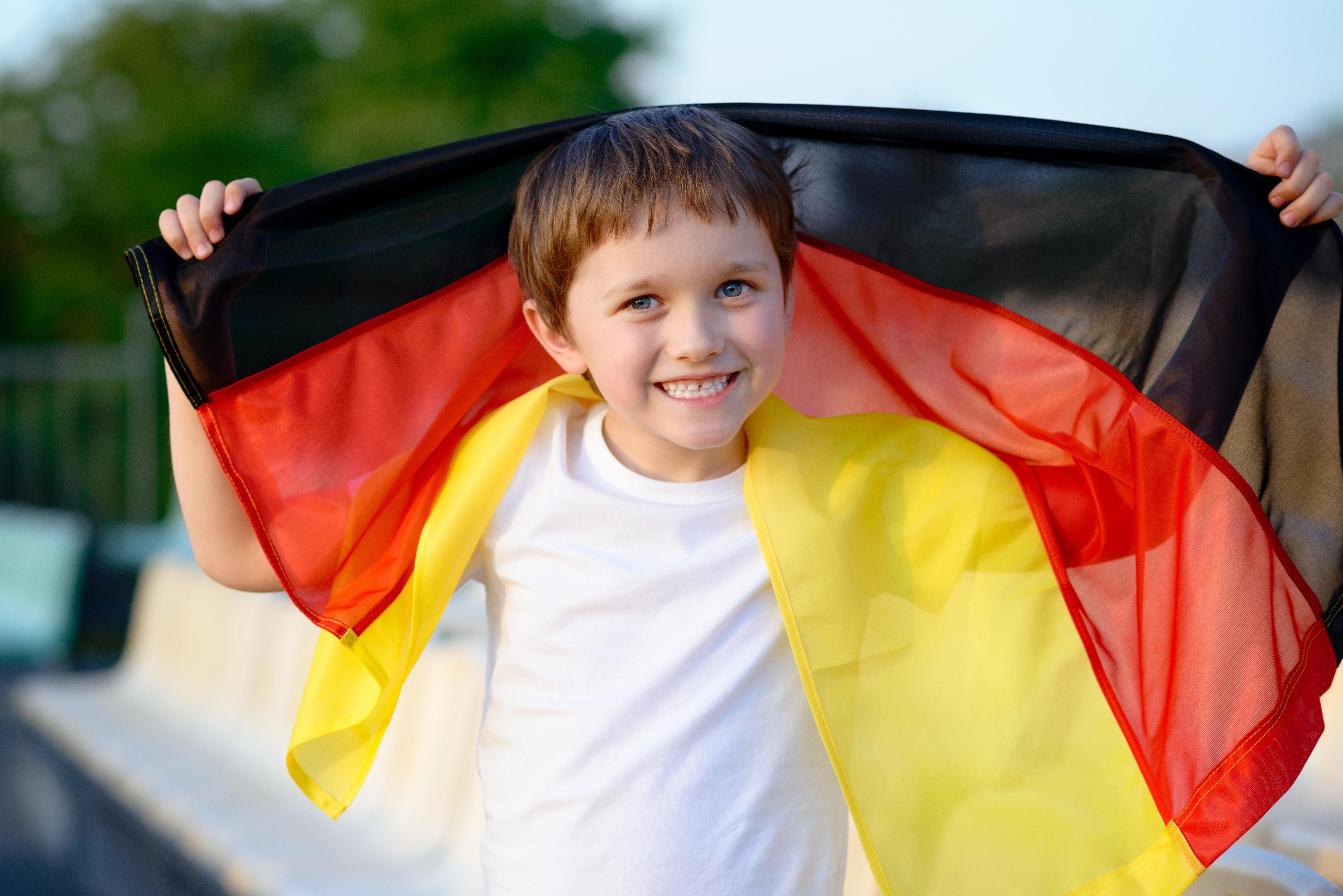 Мальчик с флагом Германии, паспорт которой можно получить при рождении