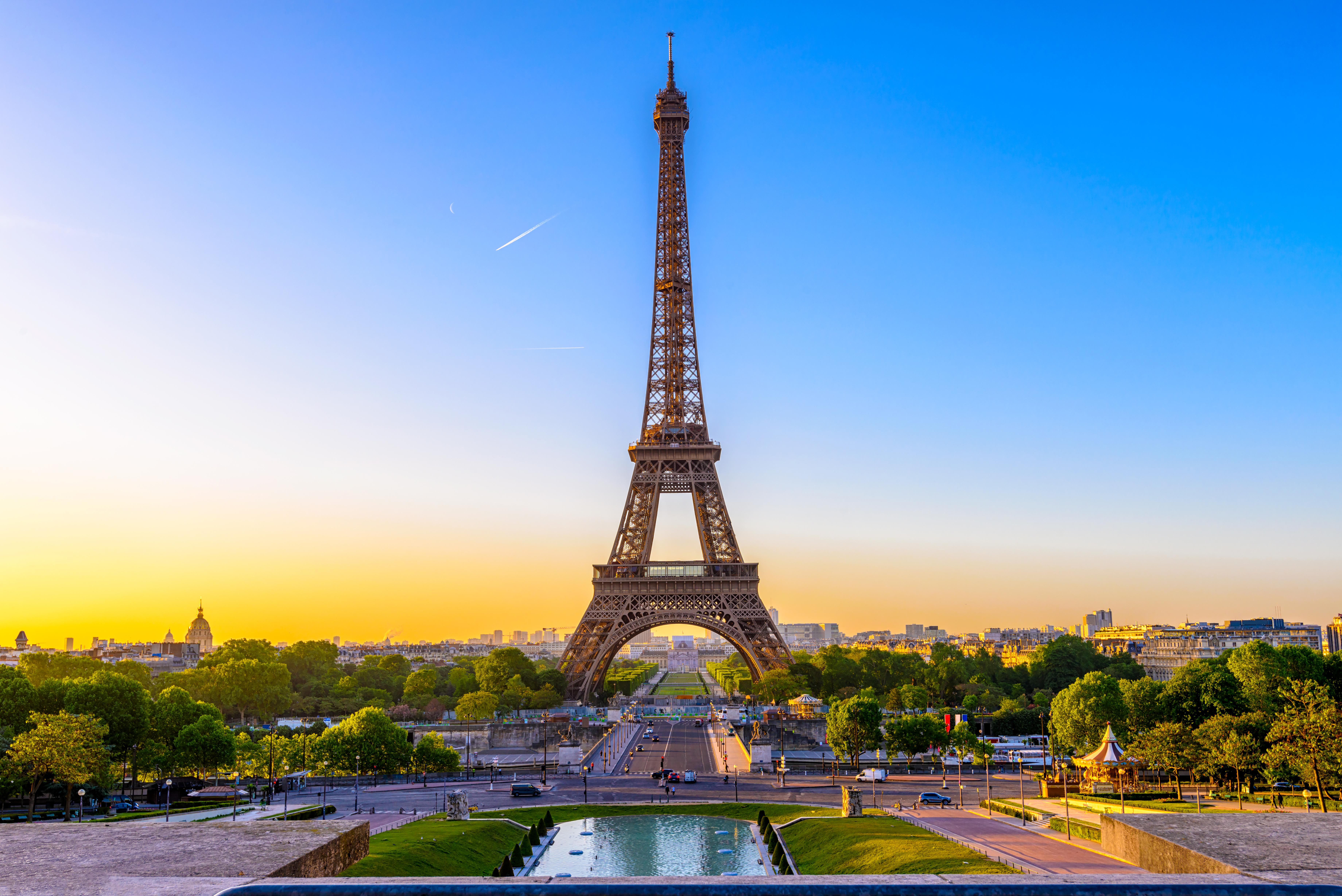 Эйфелева башня символ Франции, ВНЖ которой могут получить россияне