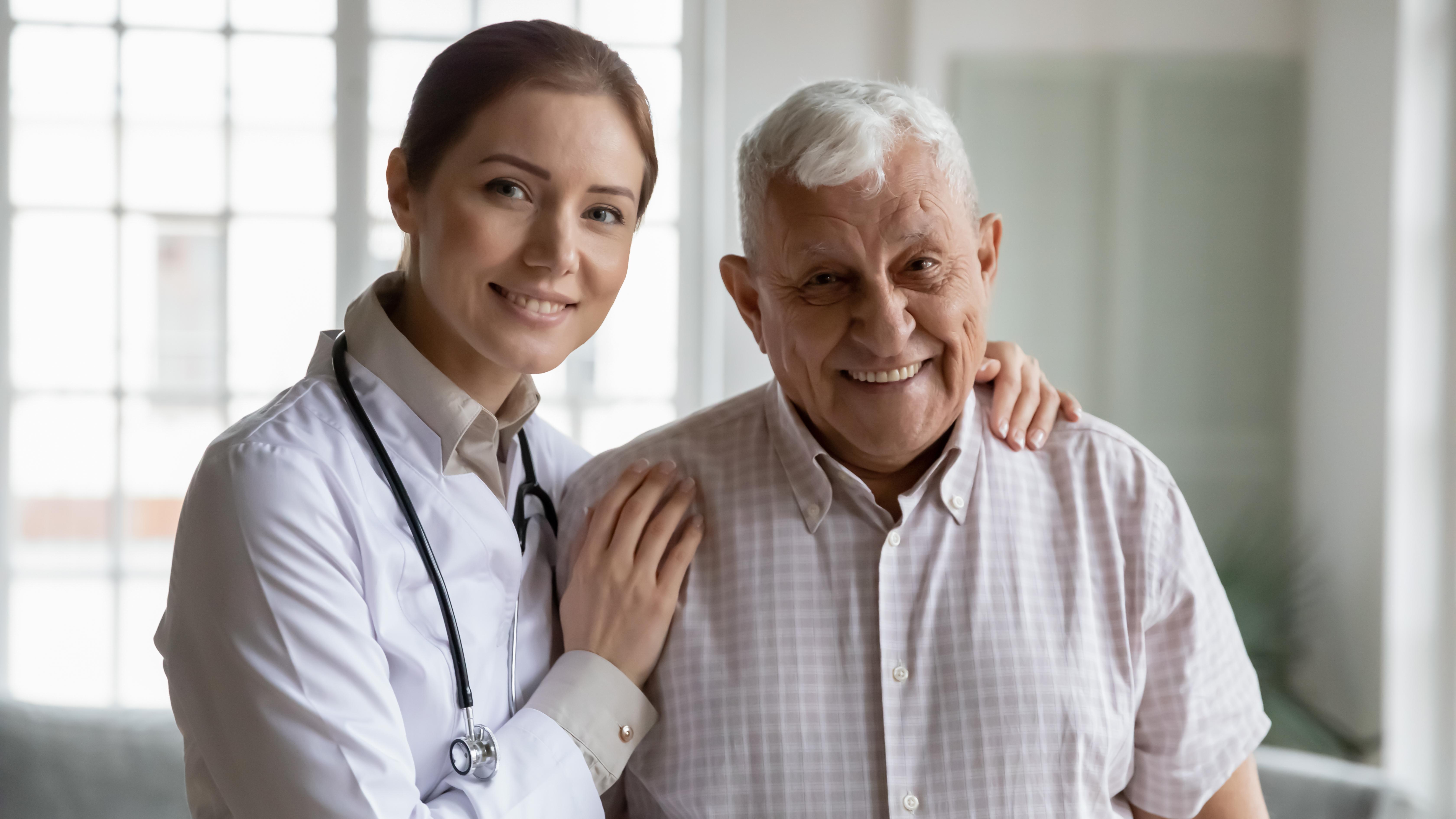 Врач и пациент в больнице в Италии, где можно получить ВНЖ для лечения
